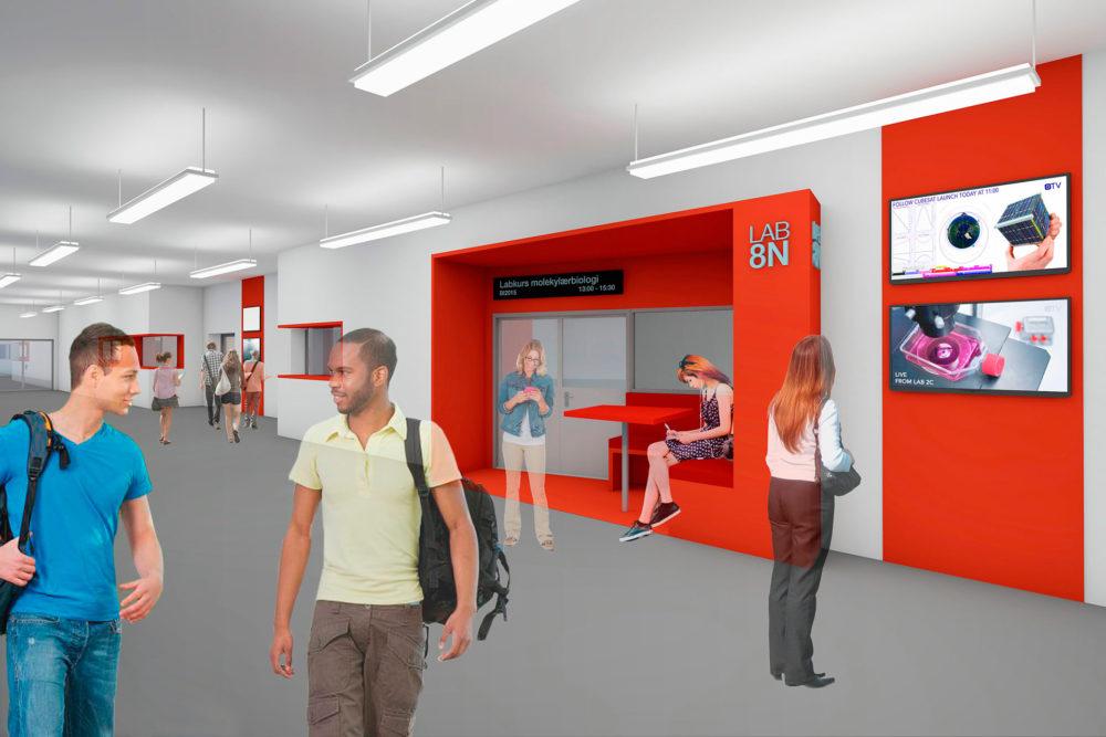 Korridorområde, med visuell kommunikasjon til undervisningsrom samt fokus på synlighet og lett informasjonsoversikt.
