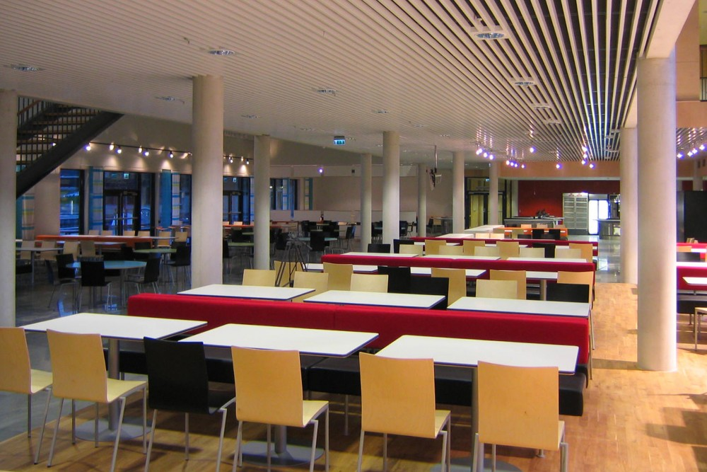 arkitektur_byaasen_videregaaende_skole_trondheim_interior_kantine_mat_servering_sittegrupper