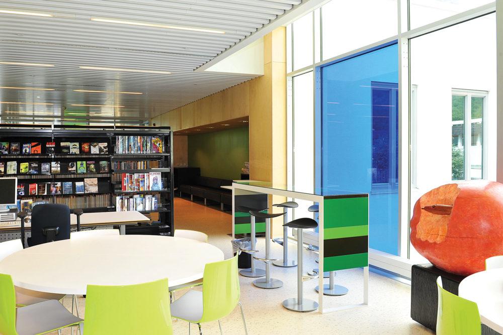 arkitektur_interior_sunndalsora_more_og_romsdal_sunndal_kultur_og_ungdomsskole_bibliotek_sosiale_soner_sittegrupper_gruppebord_barbord_utsikt