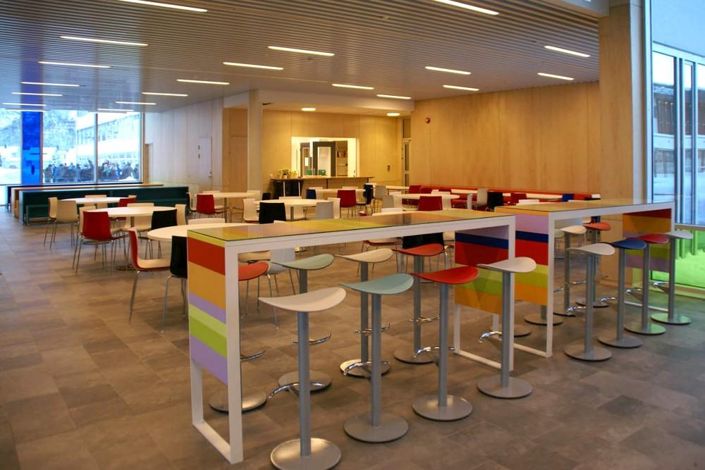 arkitektur_interior_sunndalsora_more_og_romsdal_sunndal_kultur_og_ungdomsskole_kantine_bar_barkrakker_sosialt_motested