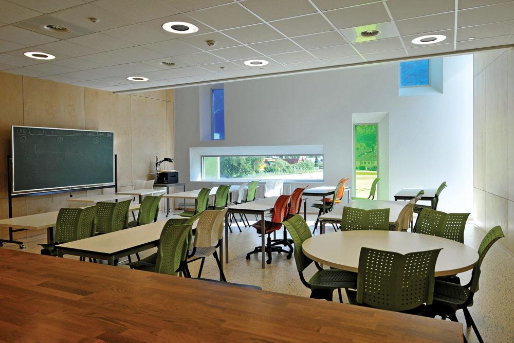 arkitektur_interior_sunndalsora_more_og_romsdal_sunndal_kultur_og_ungdomsskole_klasserom_undervisning_undervisningsrom_skole_pulter_kunstnerisk_vindu