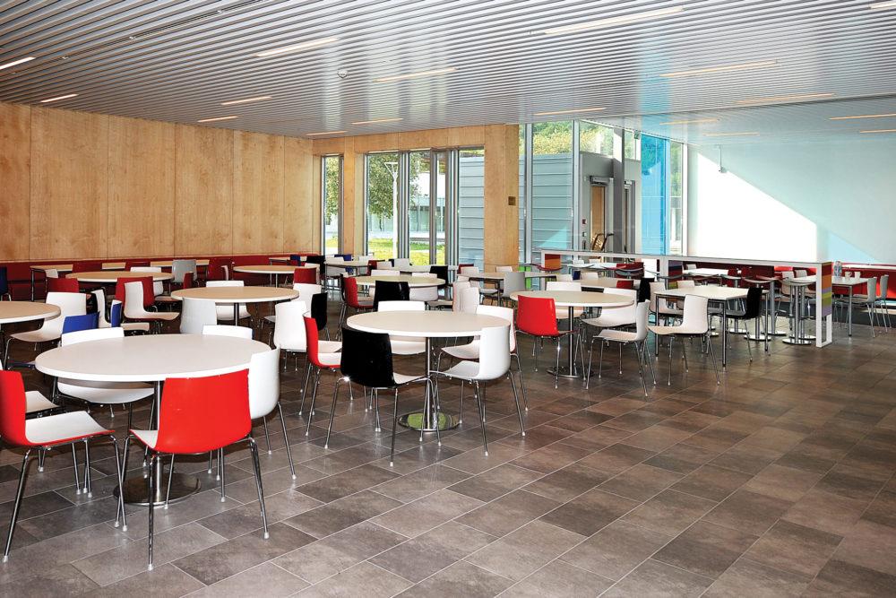 arkitektur_interior_sunndalsora_more_og_romsdal_sunndal_kultur_og_ungdomsskole_sitte_spise_spiserom_kafeteria_kantine_spisesal_bespisning_sittegrupper_1