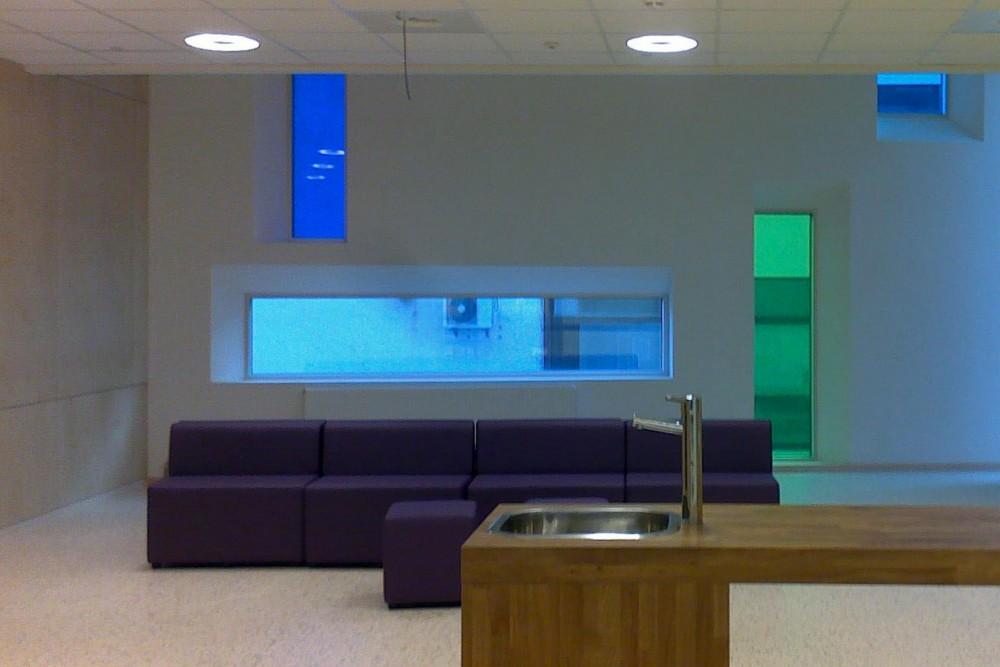 arkitektur_interior_sunndalsora_more_og_romsdal_sunndal_kultur_og_ungdomsskole_sofa_vask_vindu_benk_betongvegg