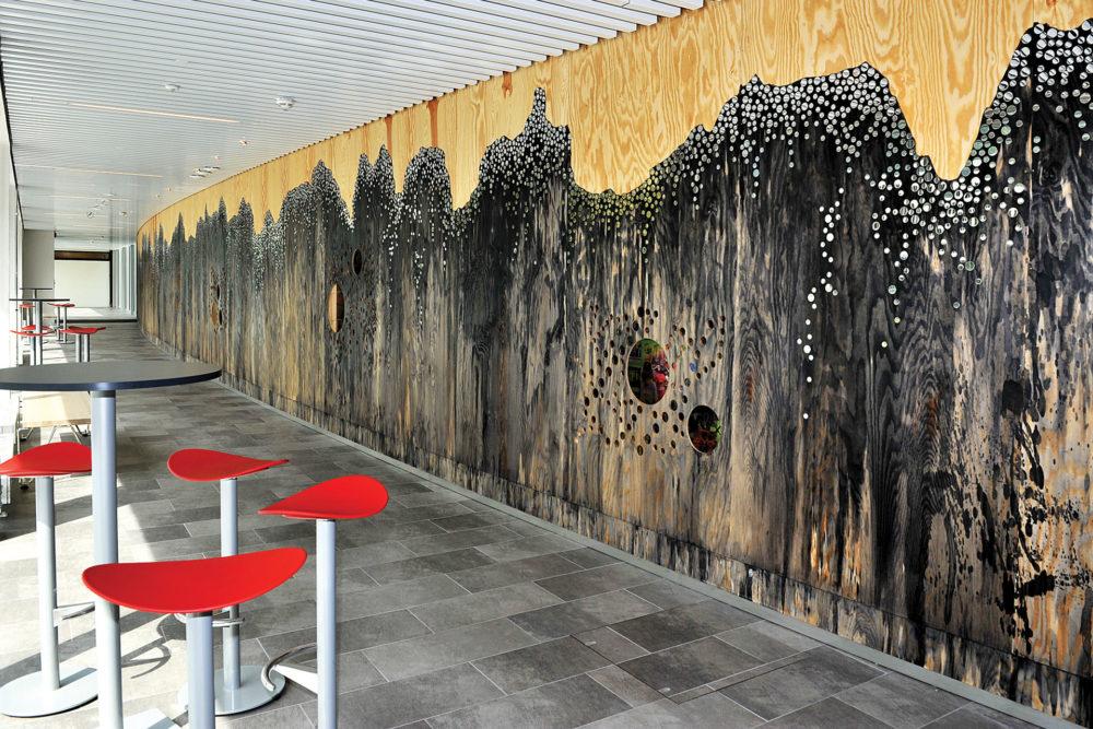 arkitektur_interior_sunndalsora_more_og_romsdal_sunndal_kultur_og_ungdomsskole_utsmykning_vegg_korridor_sosial_sone