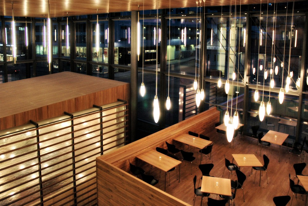 arkitektur_tromso_tinghus_interior_utsikt_vindu_stoler_bord_lamper_sittegruppe_sittegrupper