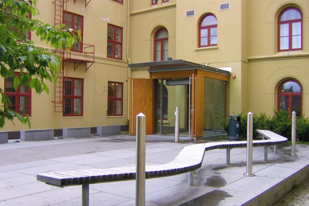 arkitektur_trondheim_ntnu_vitenskapsmuseet_vitenskapsmuseum_museum_erling_skakkes_gate_47_a_inngang_benk_uteomraade